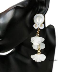 Kolczyki ślubne sutasz z białymi kwiatami i perełkami